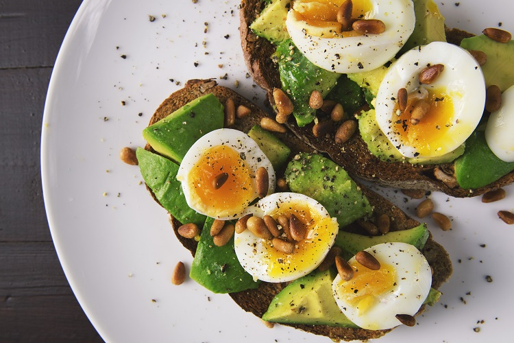 Eier mit Avocados