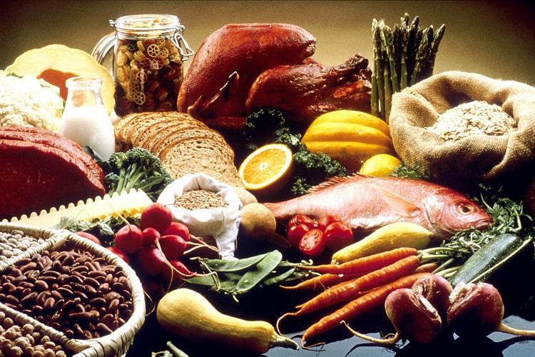 Verschiedene Lebensmittel auf dem Tisch