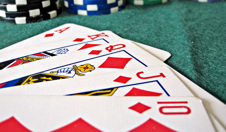 Royal Flush in Karo mit Chips